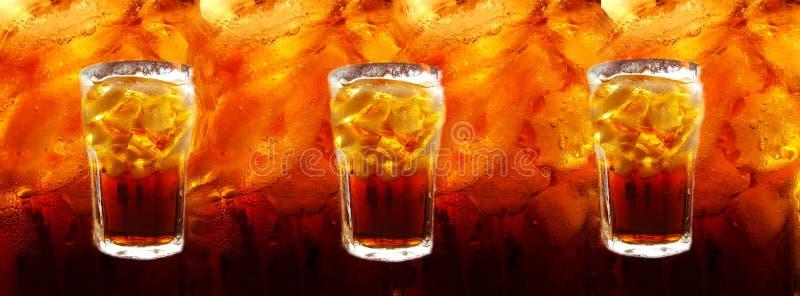 резюмированный льдед кубиков colas колы предпосылки стоковое фото