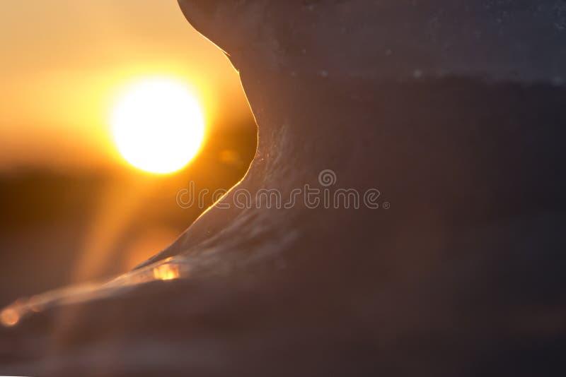 Резюмируйте запачканную предпосылку ледистой формы на предпосылке солнца Для дизайна или новостей о холоде, зима, заморозок стоковая фотография rf