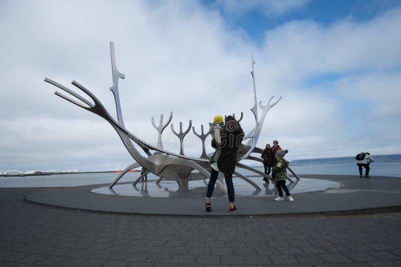 Рейкявик, Исландия - 31,2018 -го май: Неопознанные люди наблюдающ скульптурой Voyager Солнца в Рейкявике, Исландии стоковое фото rf