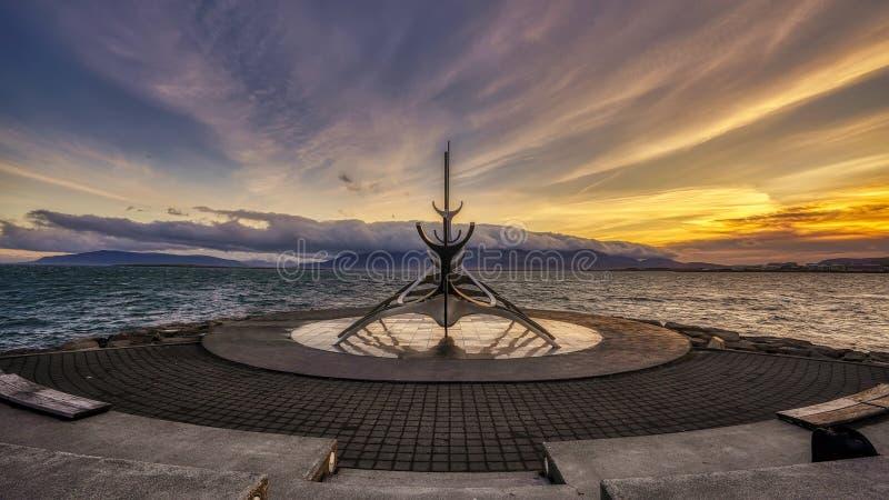 Рейкявик, ИСЛАНДИЯ - 19-ое сентября 2018: Восход солнца на иконической скульптуре Voyager Солнца в Рейкявике, Исландии стоковое фото