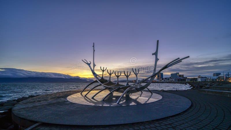 Рейкявик, ИСЛАНДИЯ - 19-ое сентября 2018: Восход солнца на иконической скульптуре Voyager Солнца в Рейкявике, Исландии стоковое фото rf