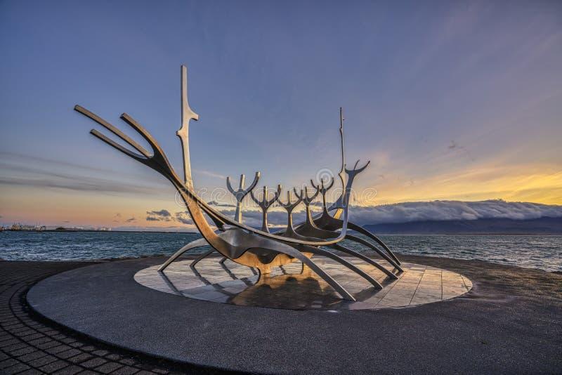 Рейкявик, ИСЛАНДИЯ - 19-ое сентября 2018: Восход солнца на иконической скульптуре Voyager Солнца в Рейкявике, Исландии стоковые фото