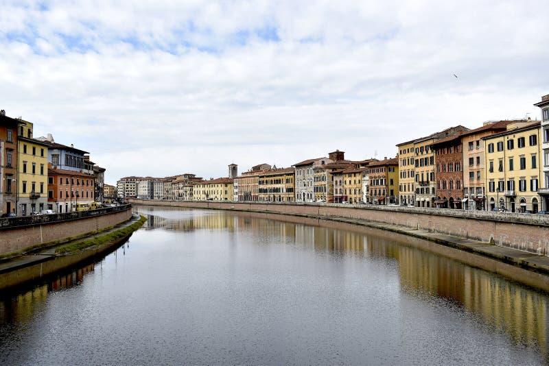 Река Арно и исторические здания в Пизе, Италии стоковое изображение