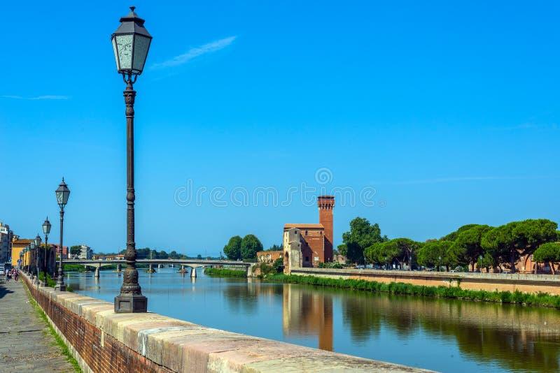 Река Арно и Cittadella e Guelfa, башня Пиза, Тоскана Италия стоковые изображения
