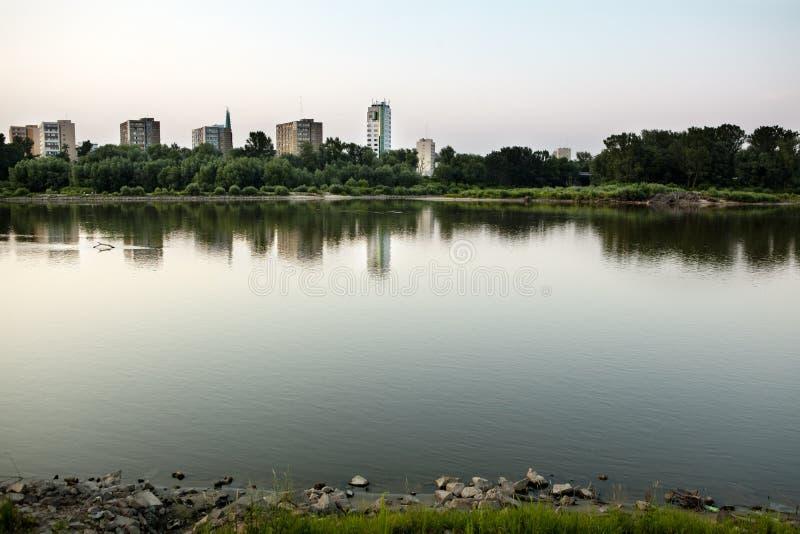 Река Висла проходя Варшава к центру города. стоковые изображения rf