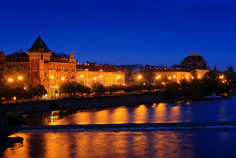 река влтава в ночное время, прага в чехии Сумеречный вид на Прагу с розово-оранжевым небом, Сметаново Набрези, Прага, стоковая фотография