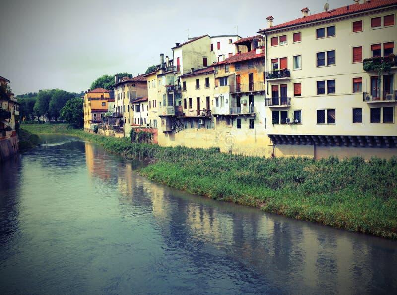 Река вызвало Bacchiglione и дома в Виченца в острословии Италии стоковые фото