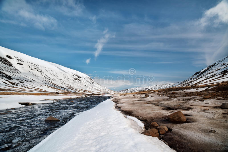 Река в ландшафте снега стоковые изображения rf