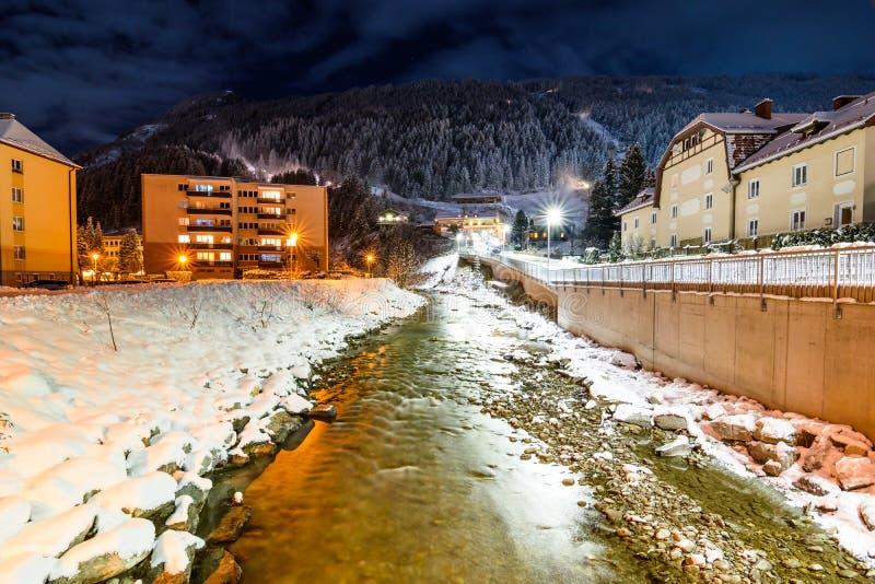 Река в горных вершинах во время зимы стоковое фото