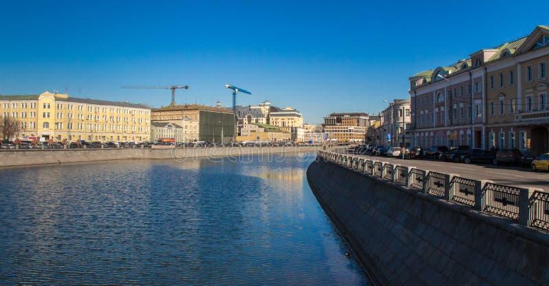 Река в городе стоковые изображения rf