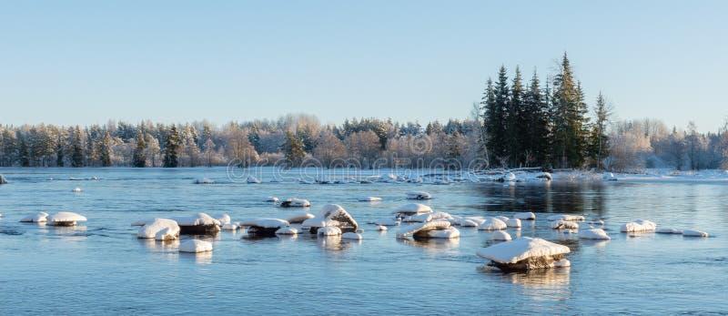 Река в морозном утре стоковые изображения