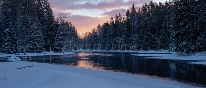 Река в морозном утре стоковое фото rf