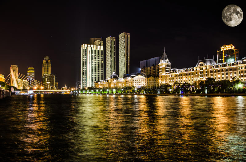 Река, город на ноче луны стоковая фотография