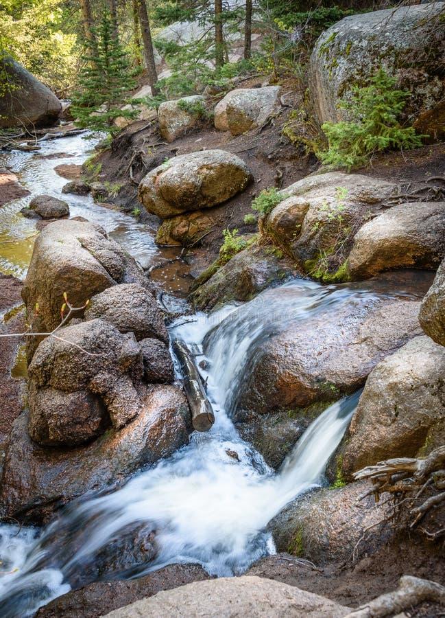 Река горы в древесинах, утесах леса больших Шелковистая ровная текущая вода Национальный парк Vedauwoo, Вайоминг, США стоковые фото