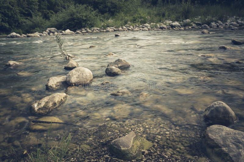 Река горы пропускает стремительно и кипит среди утесов стоковая фотография