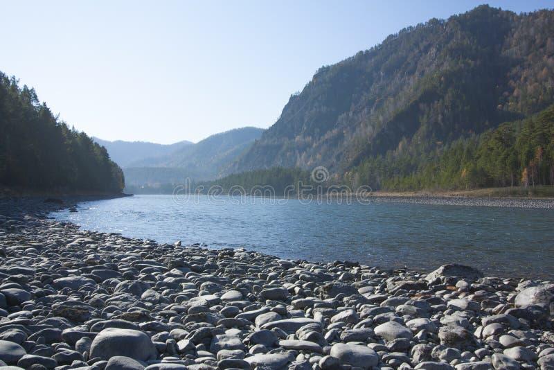 Река горы пропуская в долине между горными цепями стоковые изображения rf