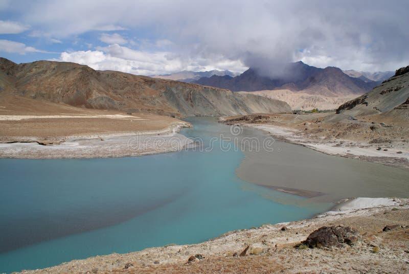 река гор тумана Гималаев indus стоковое фото rf