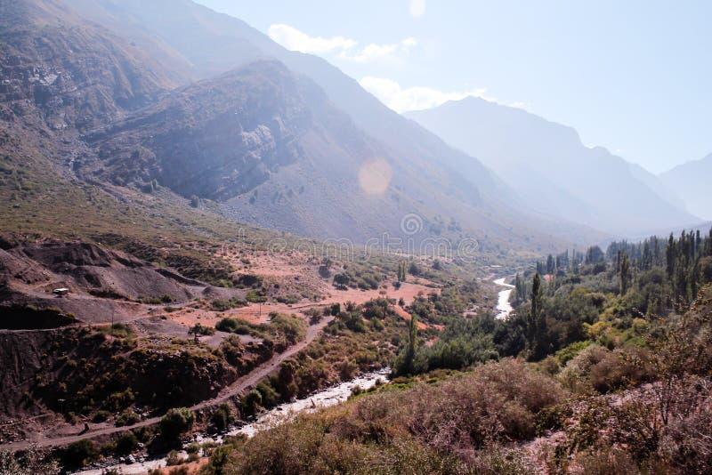 Река, деревья и гора в Андах, Сантьяго, Чили стоковые изображения
