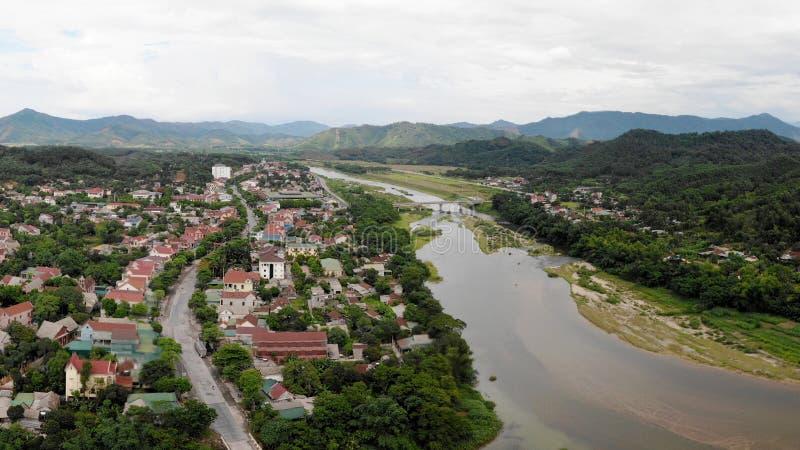 Река живущий источник людей и гор стоковые изображения
