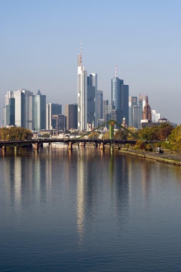 река заречья финансовохозяйственное отраженное frankfurt стоковое фото
