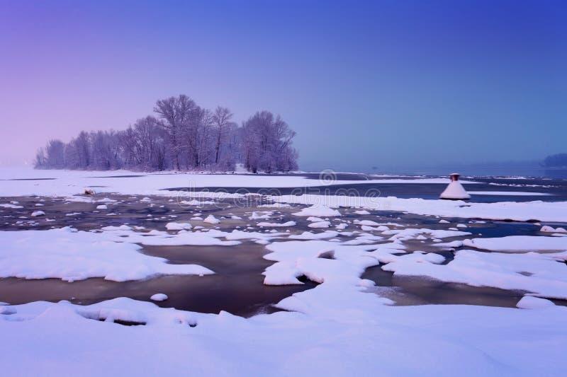 Река зимы с треснутым льдом стоковые изображения rf