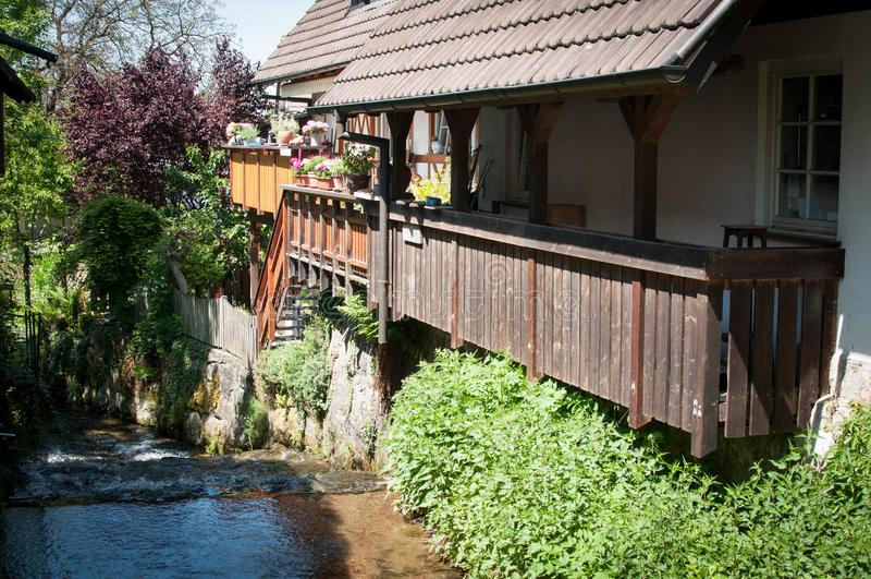 Река идя вниз с дома стоковое фото