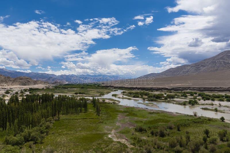 Река Инд пропуская через равнины в Ladakh, Индии, Азии стоковое фото