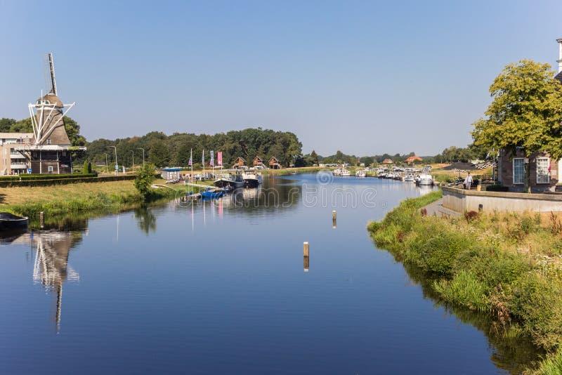 Река и ветрянка Vecht в Ommen стоковые изображения rf