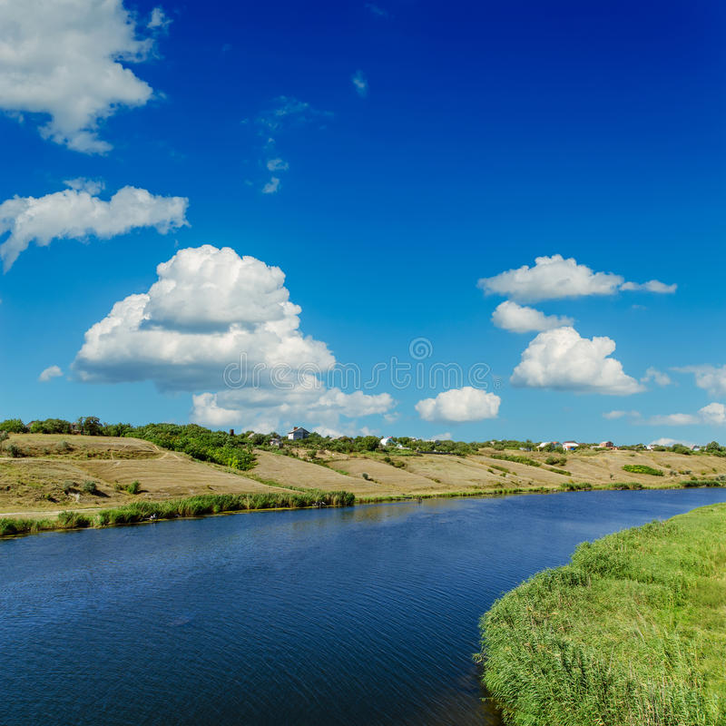 Река и голубое небо стоковые фотографии rf
