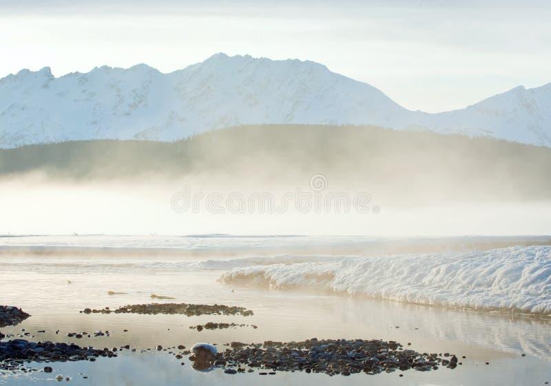 Река и горы Chilkat в снеге на восходе солнца стоковые изображения rf