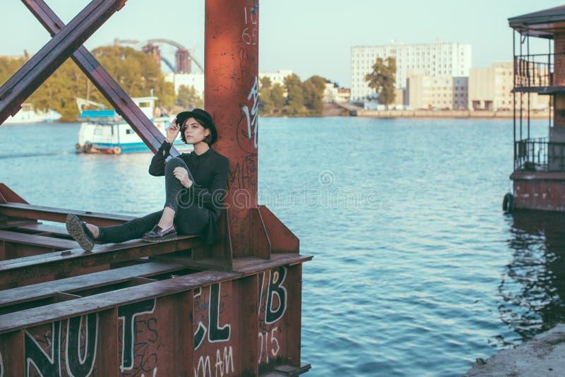 Река и девушка под мостом стоковые изображения