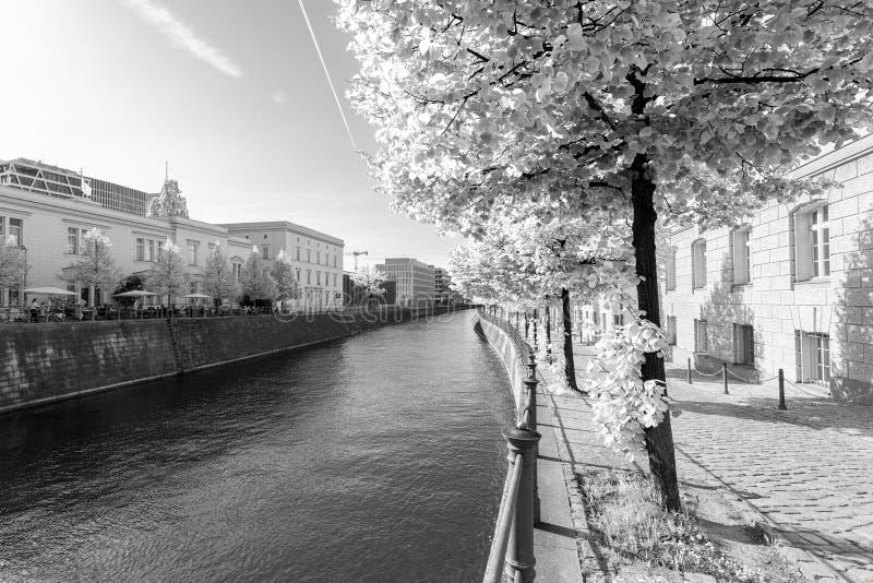 Река и переулок в историческом районе, в ультракрасное черно-белом - Берлин стоковые фото