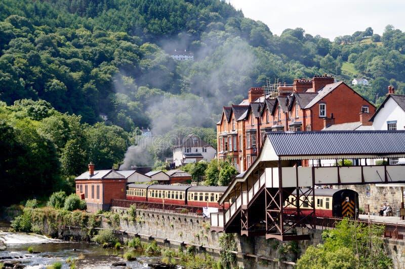Река и поезд Llangollen стоковые фотографии rf