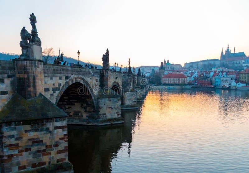 Река Карлова моста и Влтавы на заходе солнца Прага стоковое фото rf