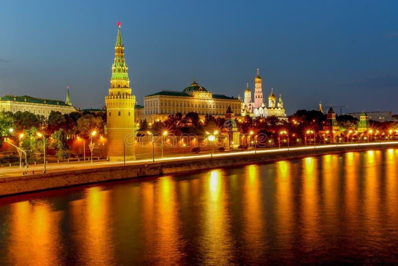 Река Кремля и Москвы вечером в Москве, России стоковые фото