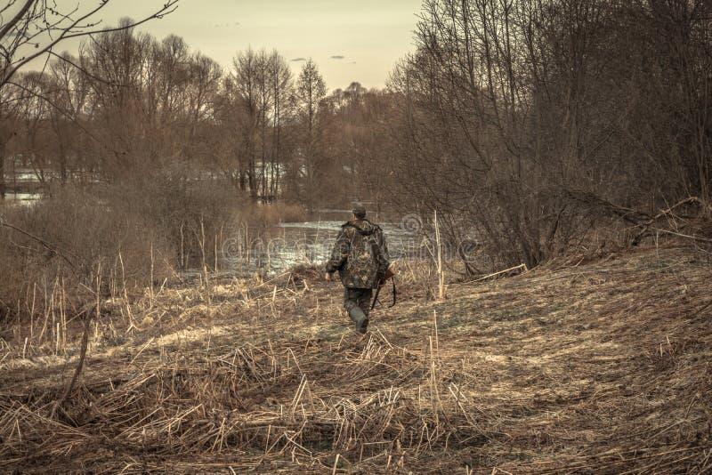 Река леса проползать человека охотника во время сезона звероловства стоковая фотография rf
