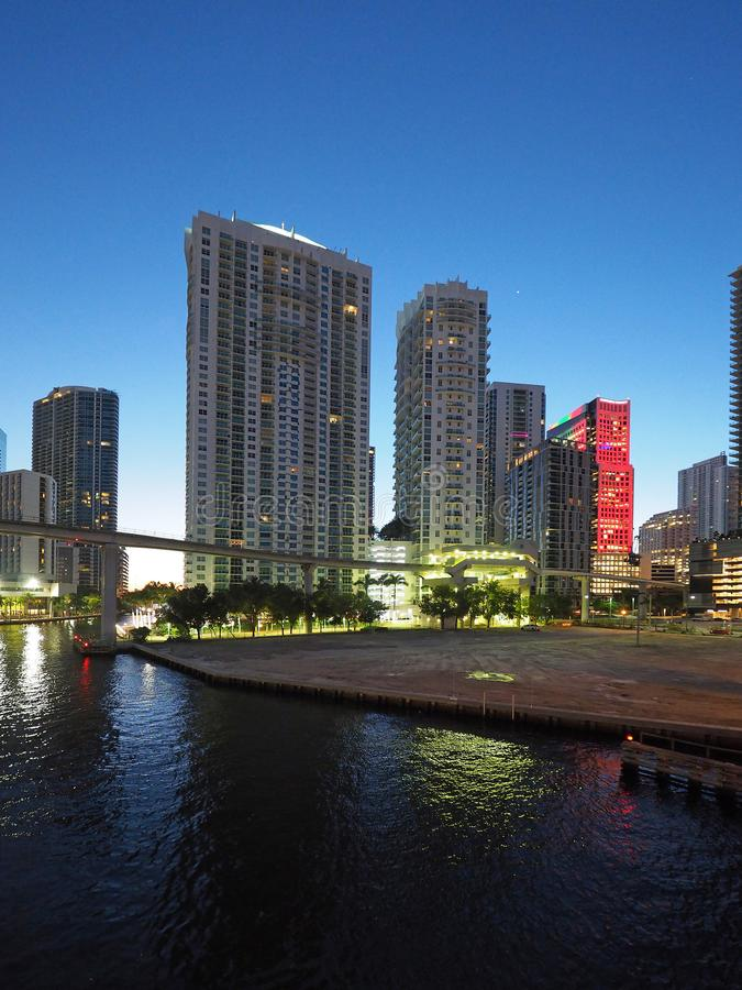 Река Майами и город Майами на восходе солнца стоковые фото