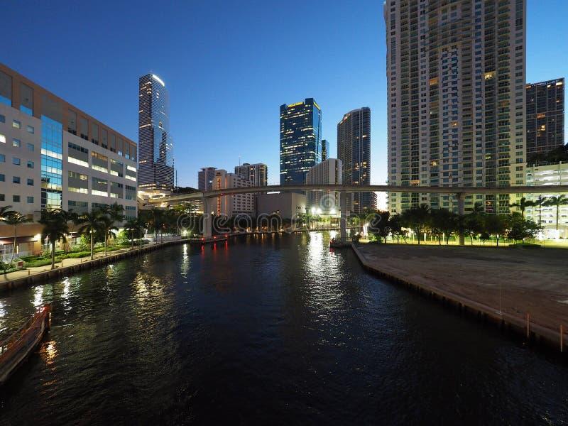 Река Майами и город Майами на восходе солнца стоковое фото
