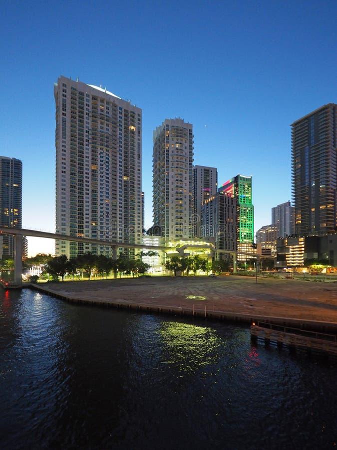 Река Майами и город Майами на восходе солнца стоковые изображения