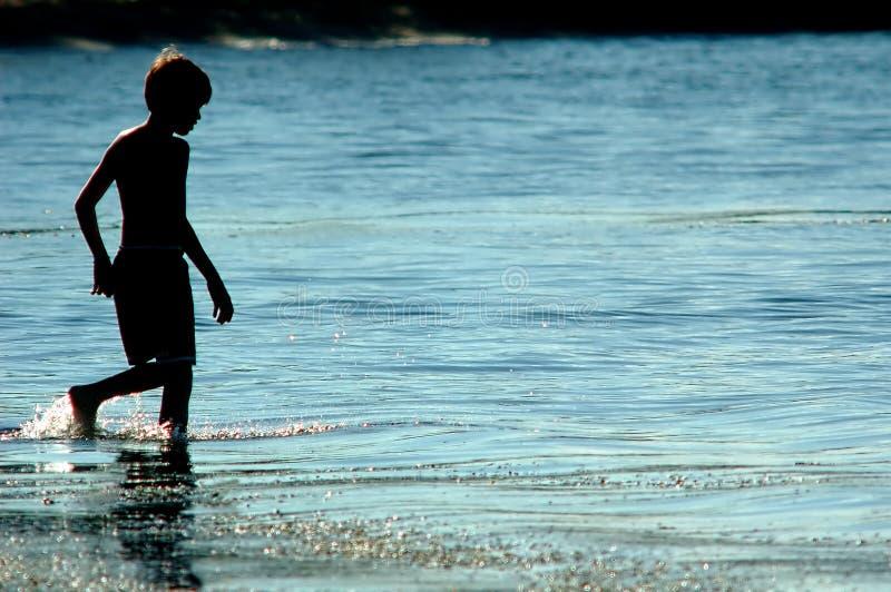 Download река мальчика стоковое фото. изображение насчитывающей озеро - 600512