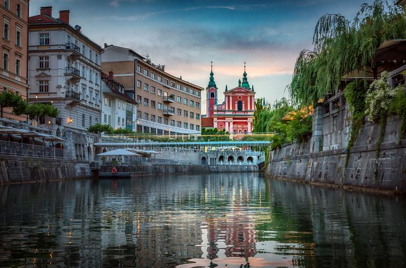 Река моста и Ljubljanica в центре города Любляна, capi стоковое фото