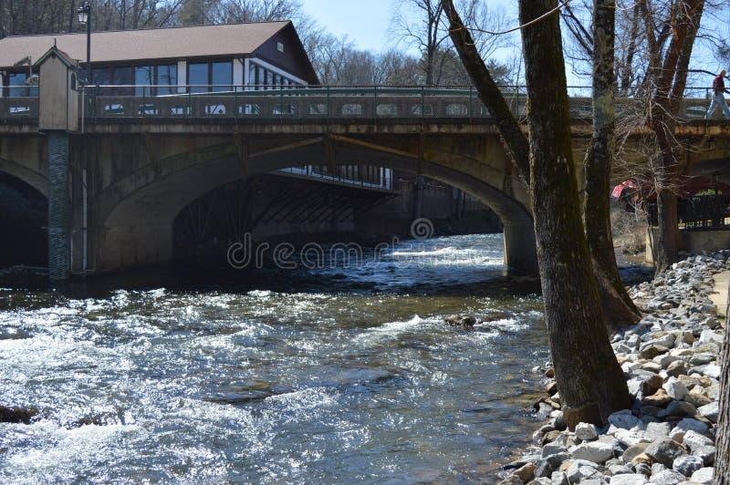 река моста пропуская вниз стоковые изображения rf