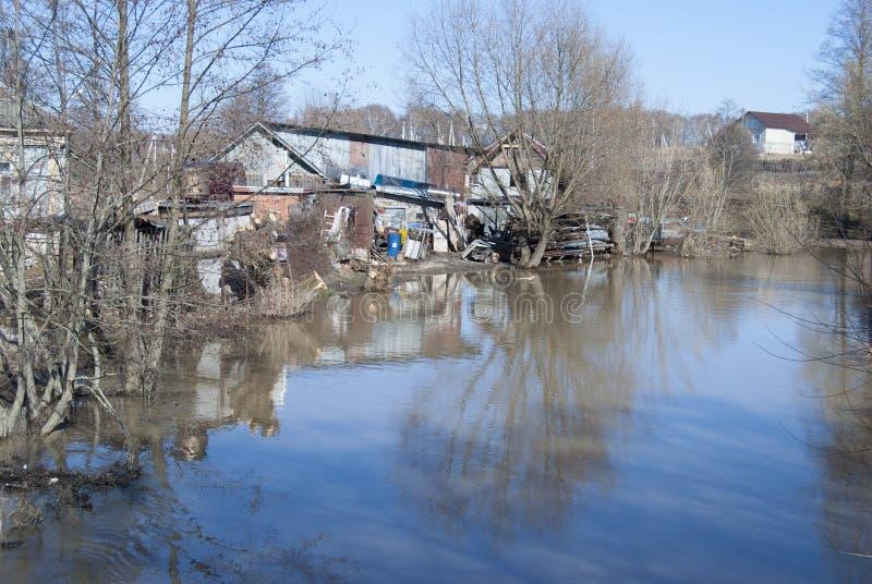 Река начинает затоплять весной, затопляющ банки стоковые фотографии rf