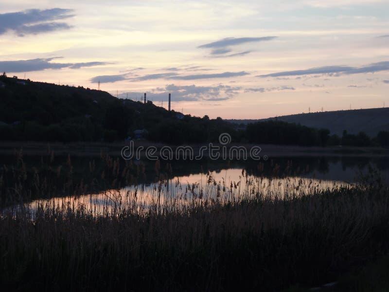 Река на сумерк стоковые изображения rf