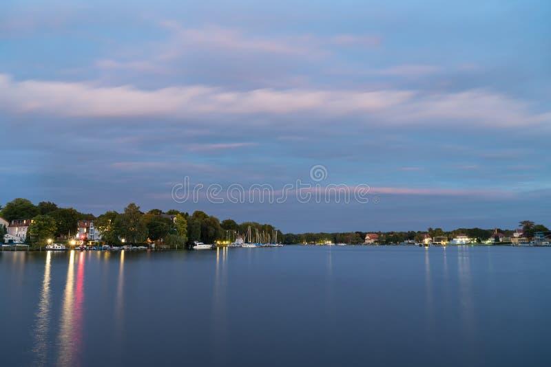Река на сумраке, Берлин Dahme, Grunau стоковое изображение rf