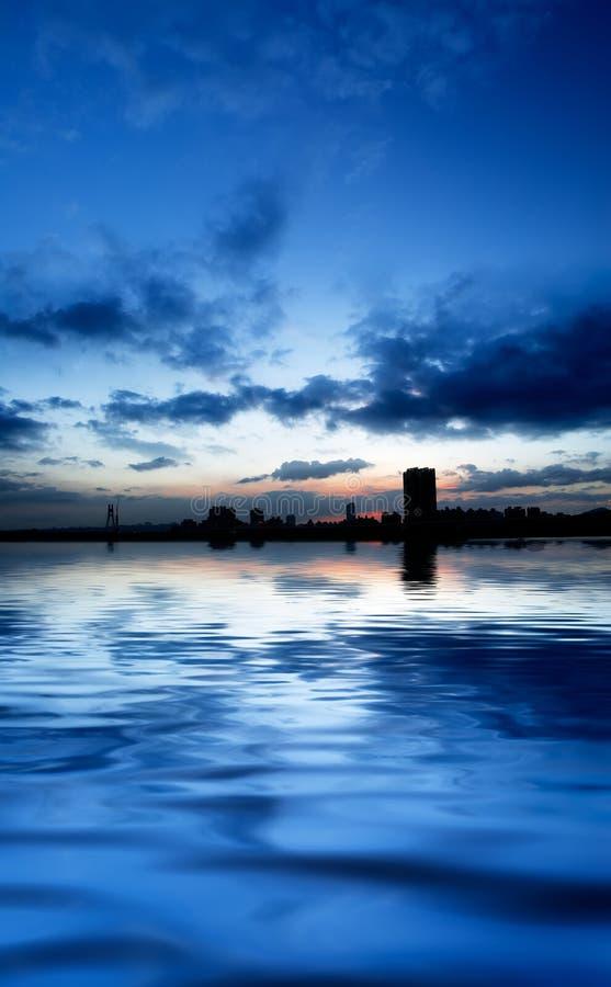 река ночи города панорамное стоковые изображения rf