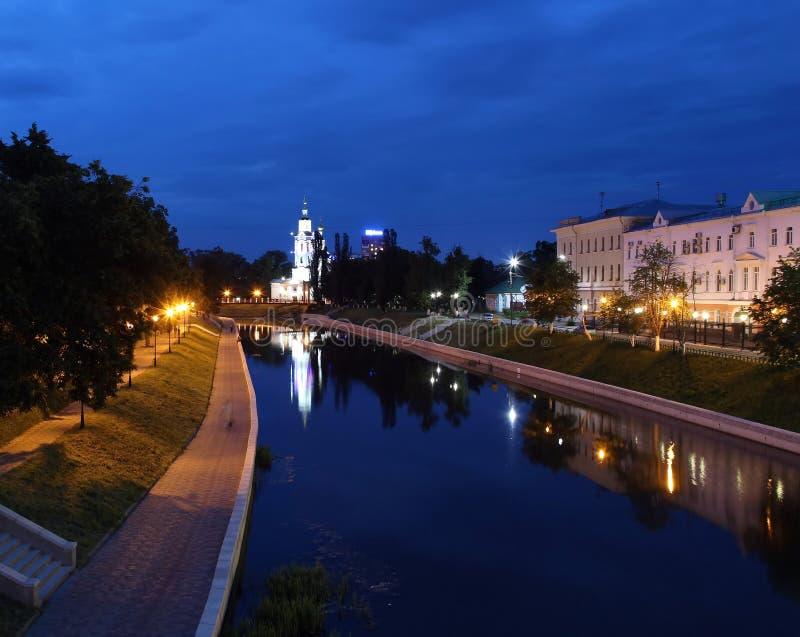 Река ночи с церковью захолустного города освещений стоковое изображение rf