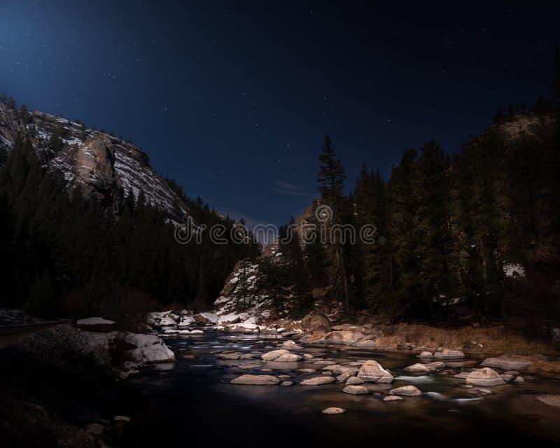 Река Ночью В Горе стоковая фотография