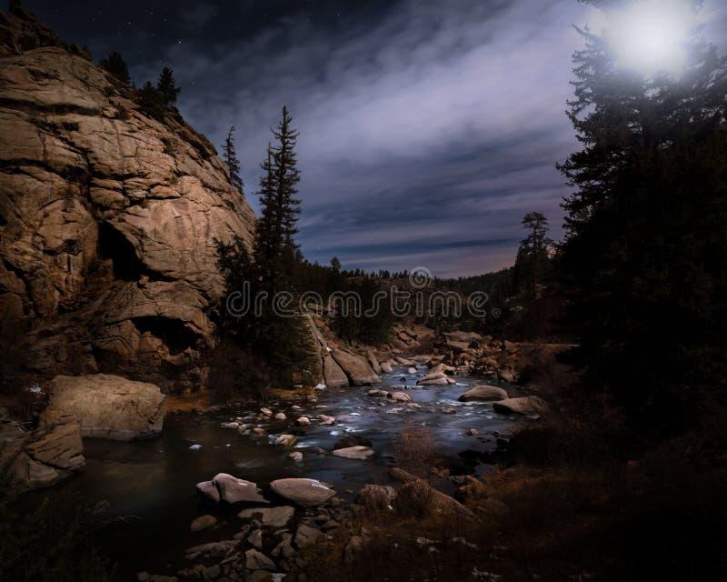 Река Ночью В Горе стоковые фото