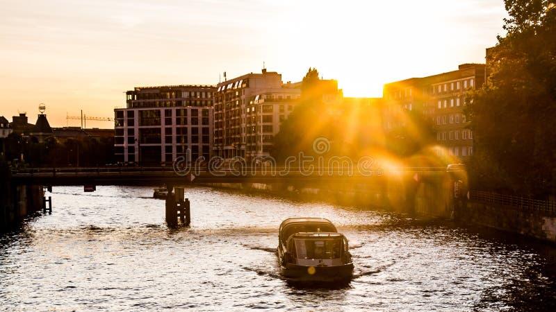 Река оживления на заходе солнца стоковая фотография